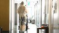 Op deze foto zie je een verpleegkundige op de corona-afdeling lopen. De foto hoort bij een artikel over de nieuwe RIVM-cijfers.