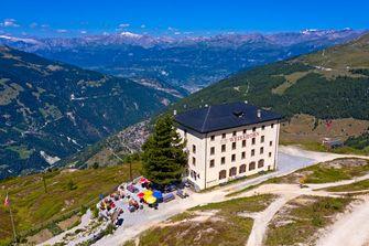 Een foto van een hotel op een Zwitserse berg