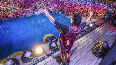 Het zwembadfeest Wuhan met duizenden feestende Chinezen