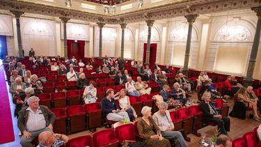 Mensen in het concertgebouw.