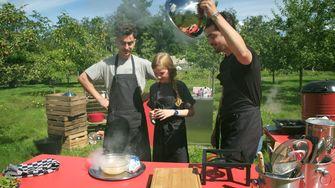 Een foto van Jasper en Marius met gastkok Cato die komt koken
