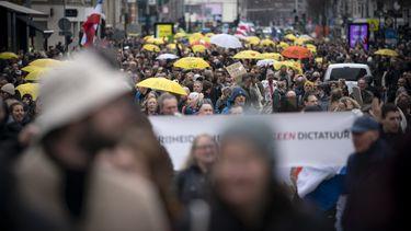 Omsingelde betogers in Amsterdam verplaatst met bussen