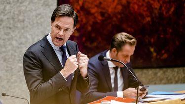 Een foto van premier Rutte die in de Tweede Kamer spreekt over de avondklok