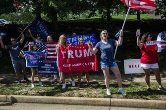 Een foto van aanhangers van Trump langs de kant van de weg