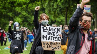 Een foto van mensen die in Wageningen demonstreren tegen racisme