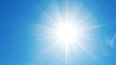 De zon in een mooie blauwe lucht.
