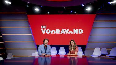 Een foto van Fidan Ekiz en Renze Klamer in de studio van De Vooravon