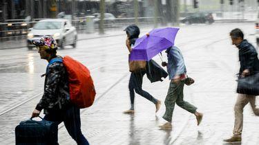 De kans is groot dat we de komende dagen regelmatig door de regen moeten rennen. Foto: ANP