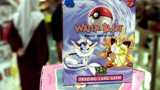Man koopt pokemonkaart van coronasteun