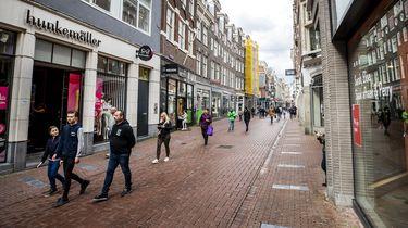 Anderhalve meter afstand in de Kalverstraat in Amsterdam | Foto: ANP