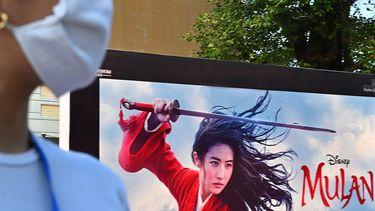 Op deze foto zie je een reclamebord van Disney's Mulan