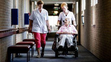 Ontroerend: bejaarden werven zelf personeel
