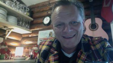 Op deze foto is Sigurd Barrett te zien, de maker van het liedje.