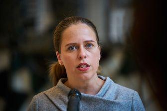 Een foto van minister Schouten die een beslissing over de vogelgriep nam