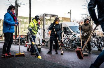 Een foto van inwoners van Eindhoven die het stationsgebied opruimen