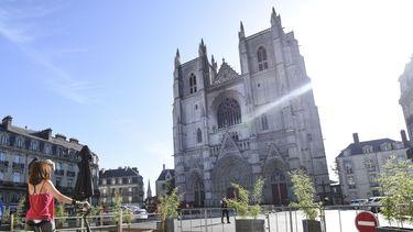 Een foto van het vooraanzicht van de kathedraal in Nantes
