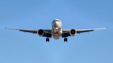 Verstekeling valt uit vliegtuig in tuin