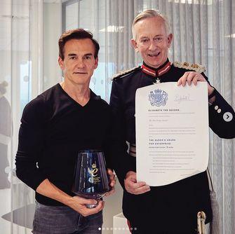 Links CEO Matt Moulding die een prestigieuze zakenprijs in ontvangst neemt van Luitenant of Cheshire, David Briggs.