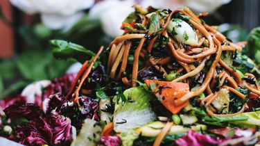 Een gezonde en vullende maaltijdsalade in 7 stappen