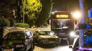 NS-bus rijdt personenauto's aan