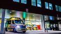 Op deze foto zie je ziekenhuismedewerkers maken een coronapatiënt gereed voor herplaatsing vanuit het TweeSteden Ziekenhuis in Tilburg.