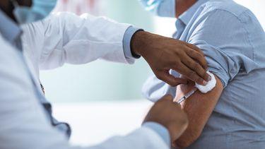Huisartsen krijgen toch het coronavaccin en steeds minder besmettingen