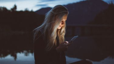 Vrouw met mobiele telefoon