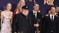Op deze foto zijn meerdere Game of Thrones-acteurs te zien, de producers van de serie en de schrijver van het boek.