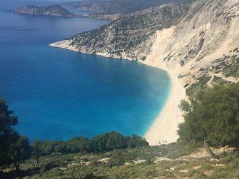 Myrtos beach vanaf het panoramapunt. / Marieke van der Voort