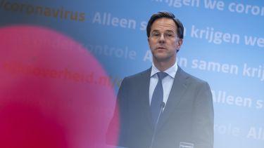 Een foto van premier Rutte tijdens de persconferentie over de versoepelingen