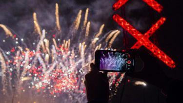 Een foto van een show met vuurwerk in Amsterdam
