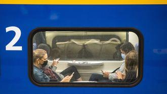 Openbaar vervoer NS trein druk mensen op telefoon