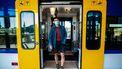 Op deze foto zie je een student die uit de trein stapt.
