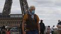foto van man met mondkap voor Eiffeltoren