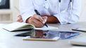 Een foto van een arts aan een bureau
