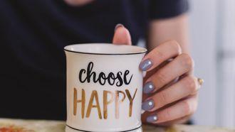 Een foto van een mok met choose happy