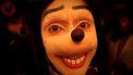 Op deze foto zie je Jonathan Galindi verkleed als enge Mickey Mouse