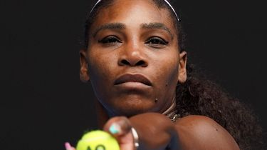 Een foto van Serena Williams aan service