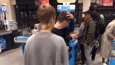 Justin Bieber gespot in Albert Heijn in Amsterdam