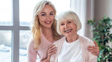 Op de foto een moeder en haar dochter.