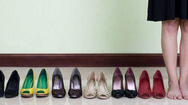 Op deze foto zie je heel veel schoenen