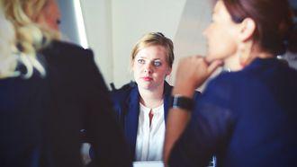 vrouw is bezig aan sollicitatiegesprek