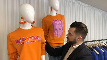 Modeontwerper Janice met zijn twee Maxima-truien. / Privébeeld
