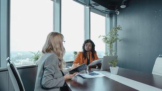 twee vrouwen onderhandelen over salaris