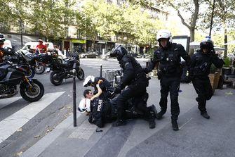 Fransen demonstreren tegen 'voorrang voor gevaccineerden'