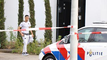 Eran Zahavi bij zijn woning na een heftige overval