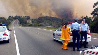 Amerikaanse brandweerlieden met luid applaus ontvangen in Sydney.
