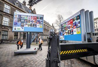 Een foto van borden voor de verkiezingen in Den Haag