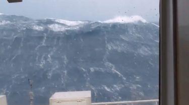 Schip vaart tegen enorme golven op de Noordzee
