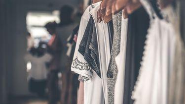 op deze foto zie je een rek met kleren.